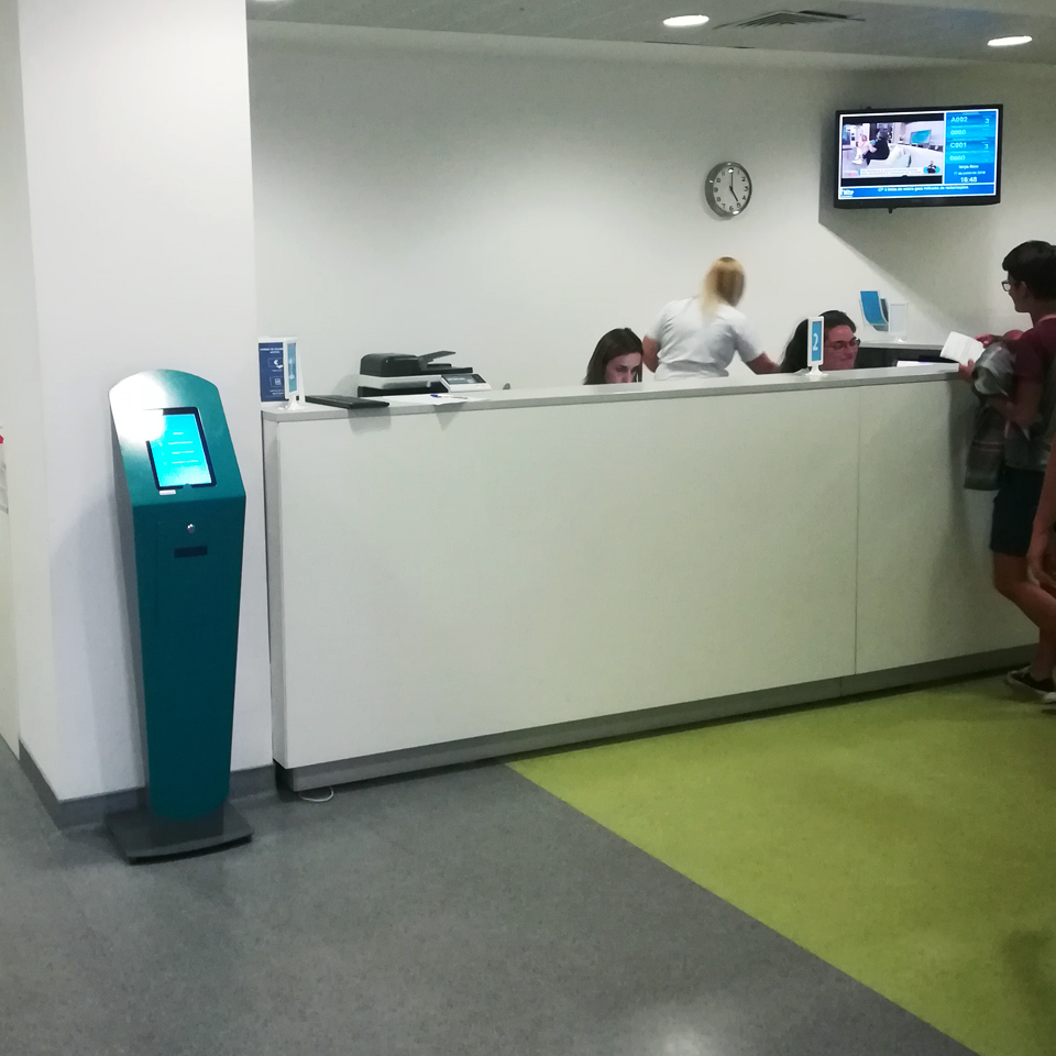 Fernando Pessoa University School Hospital invests in QMAGINE queue management and service systems